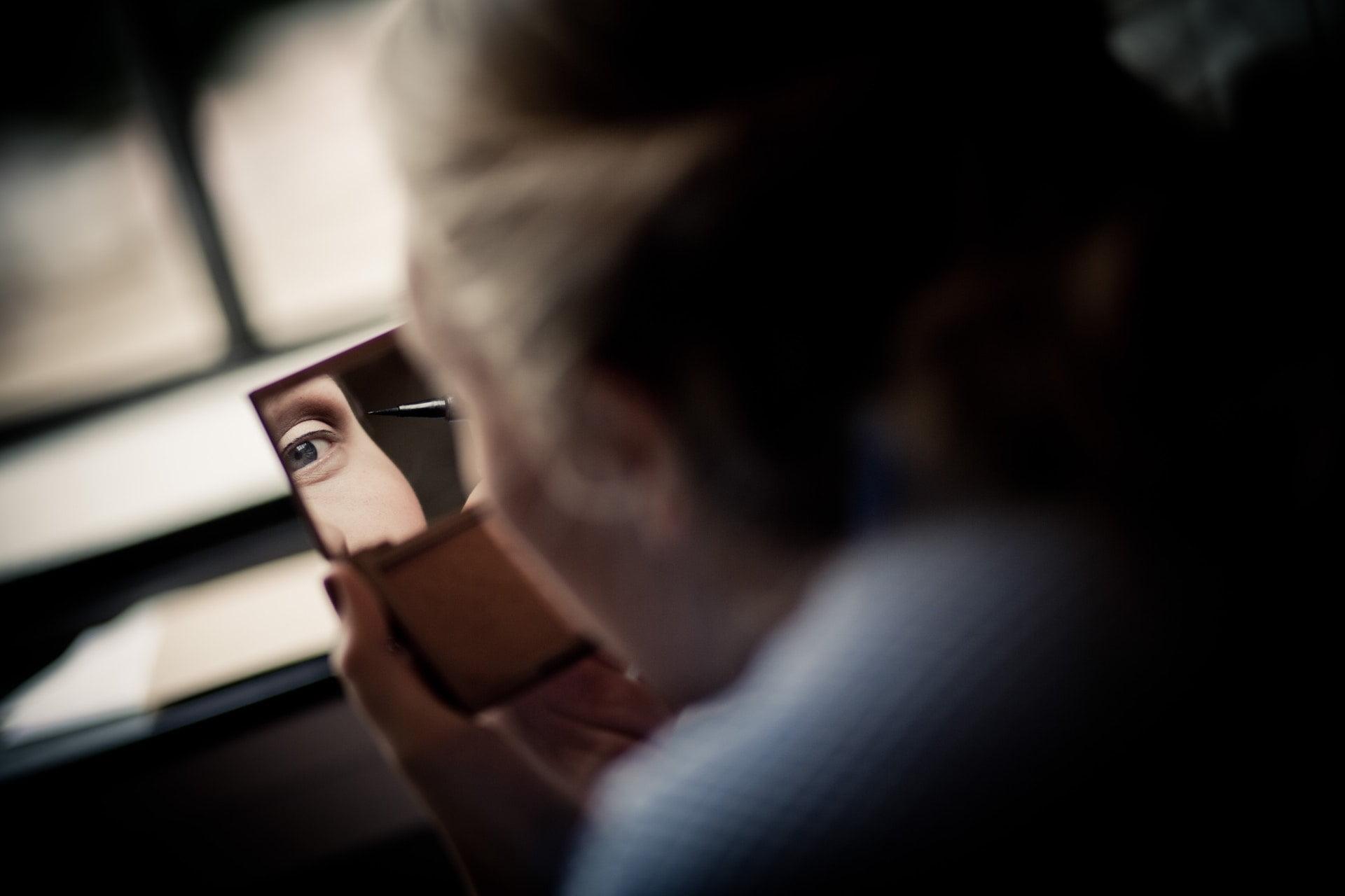 woman holding make up Mirror eye 1 自我介紹|鄭文鈺一行詩