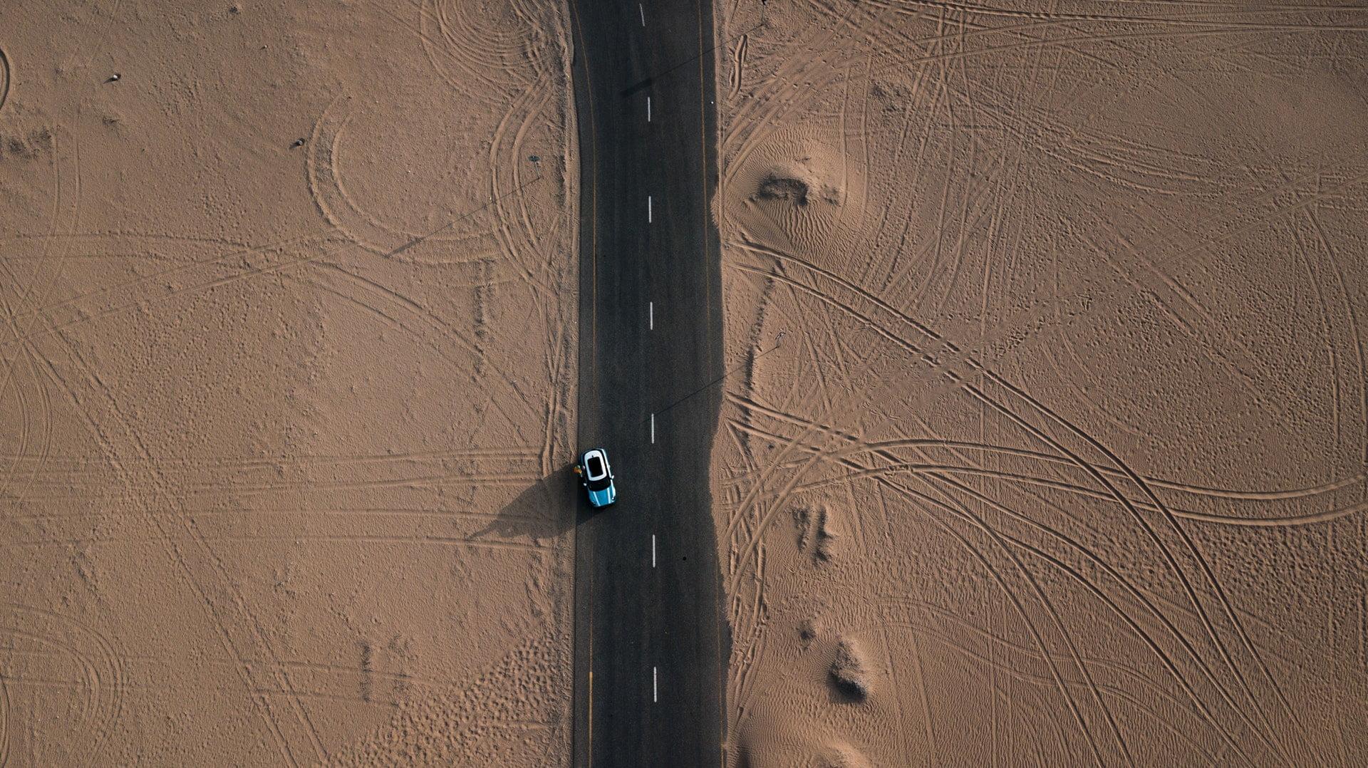 vehicle on roadway blue mini car sand desert 1 愛不愛|子明一行詩