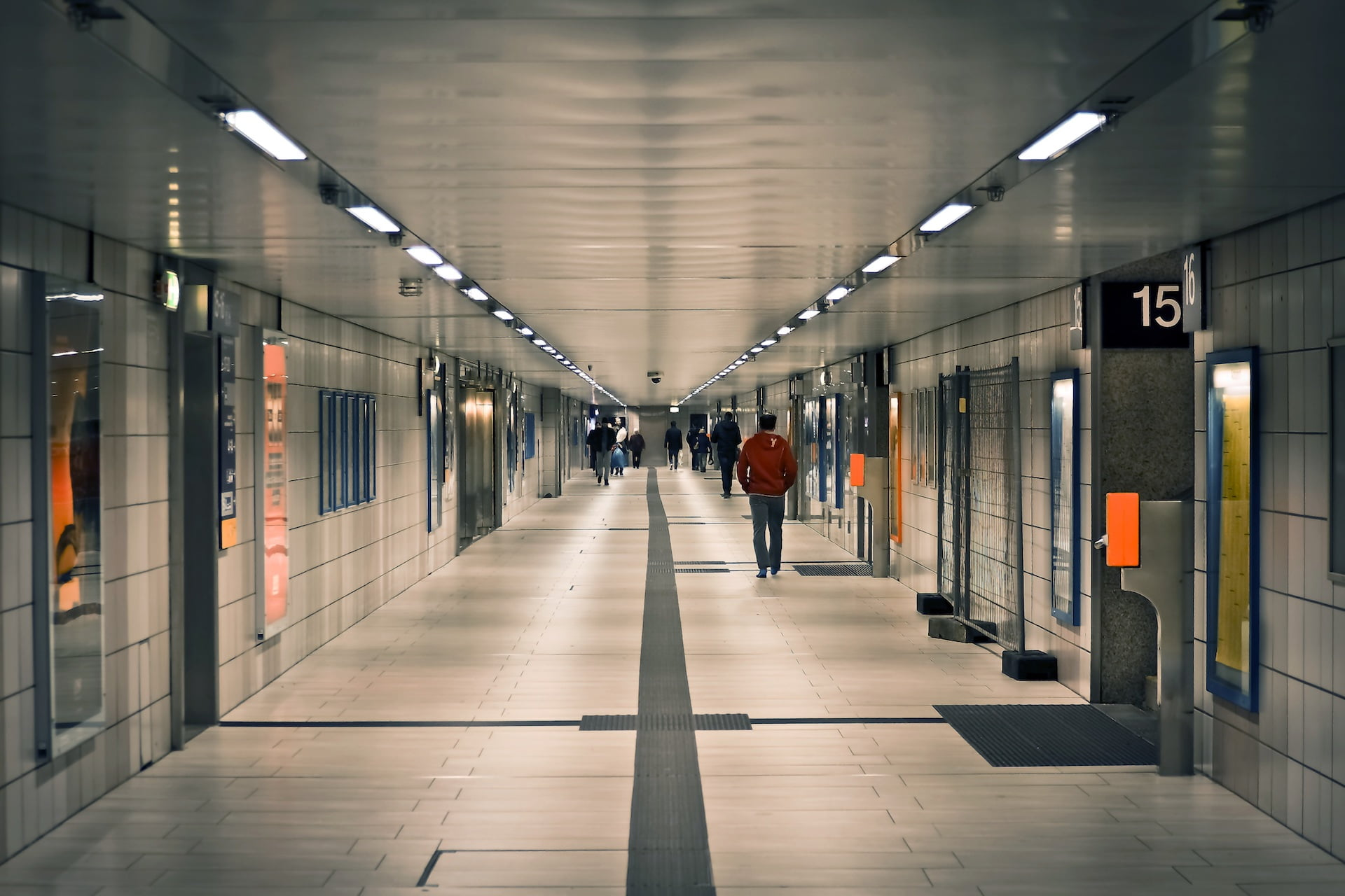 MRT street architecture building business groups lonely way 1 1 殘影的傷|蓁詩選