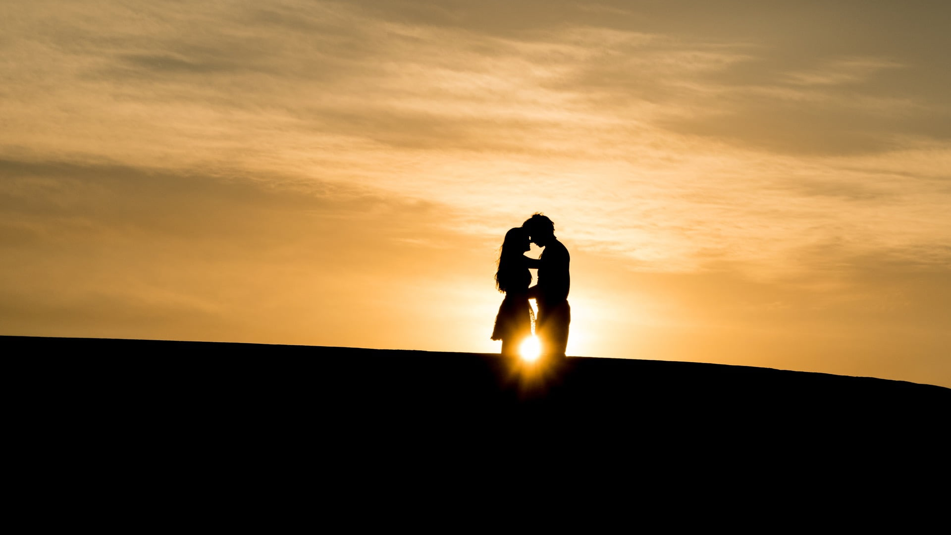 love silhouette of couple in a sunset view 1 1 青梅竹馬|子明小說