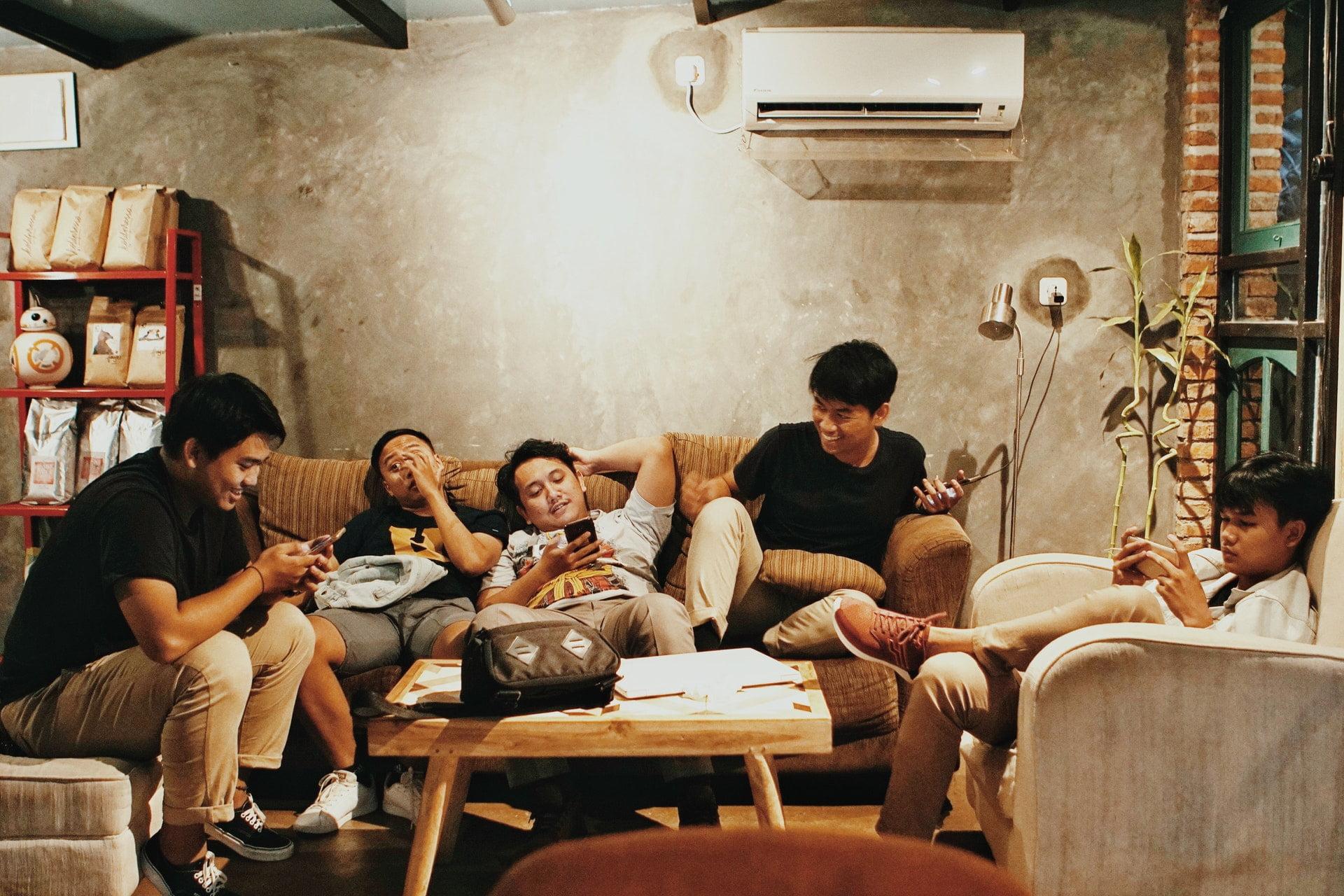 boys cellphone facial expression friends 友人|海詩楓詩選